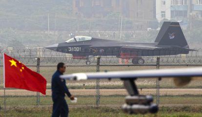 Un avión J-31 aterriza tras un vuelo de demostración en la Exposición Internacional de Aviación, este martes en la ciudad china de Zhuhai