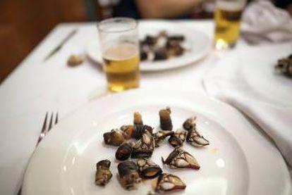 Plato con restos de percebes del restaurante Abuín, cocinados a la manera tradicional: hervidos en agua salada o, mejor, en agua de mar.