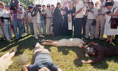 Los cuerpos de los jesuitas asesinados en El Salvador en 1989.