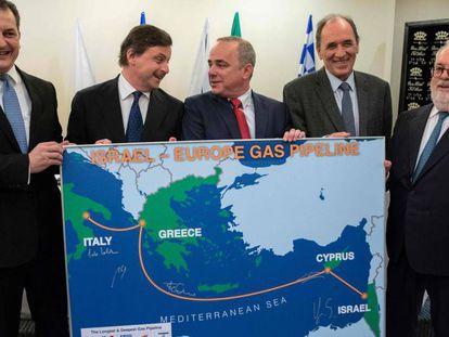 De izquierda a derecha, los ministros de Energía de Chipre, Yiorgos Lakkotrypis; Italia, Carlo Calenda; Israel, Yuval Steinitz; Grecia, Giorgos Stathaki, y el comisario europeo Miguel Arias Canete, en Tel Aviv.