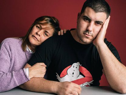 Roberto, que empezó a jugar con la mayoría de edad, y su madre, Carmen. Ambos acuden a terapia en Abaj, Burgos.
