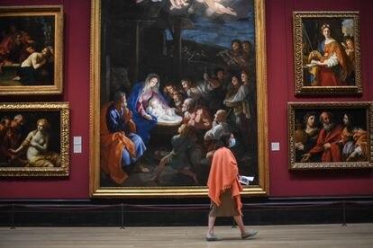 Una mujer, en una de las salas de la National Gallery.