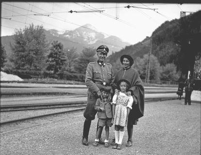 Otto von Wächter, con el uniforme de las SS, junto a su mujer, Charlotte, y asus hijos -Hosrt y Traute- en Thumersbach (Austria), en 1944.