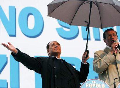 Berlusconi (izquierda) y Fini, en un acto electoral celebrado en Roma en diciembre de 2008.