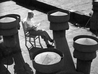 Hombre leyendo, fotografía de André Kertész.