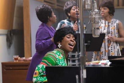 La actriz Cynthia Erivo interpreta a Aretha Franklin cantando en una recreación del estudio de Muscle Shoals.