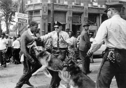 Un negro es atacado por un perro de la policía en Alabama, en 1963
