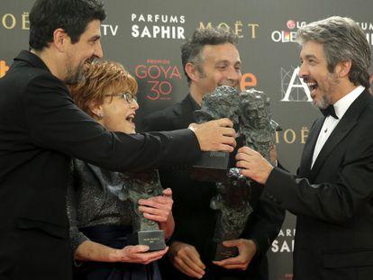 El realizador Cesc Gay, la productora Marta Esteban, el actor argentino Ricardo Darín y el guionista Tomás Aragay, posan con los Goyas conseguidos por sus trabajos en la película 'Truman'.