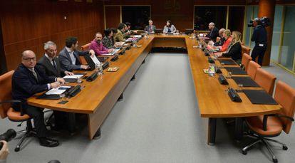 Portavoces del PP en primer plano, en la ponencia de Autogobierno minutos antes de su comienzo.