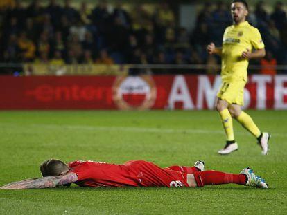 Alberto Moreno abatido en el suelo al final del partido.