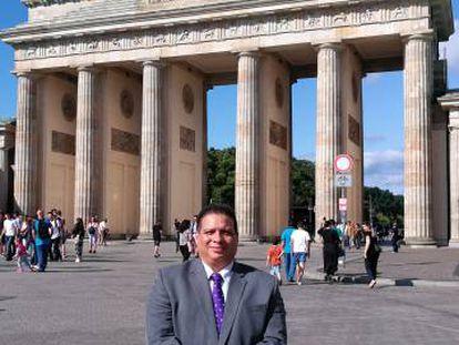 El periodista panameño Hitler Cigarruista, en una reciente visita a Berlín (Alemania).