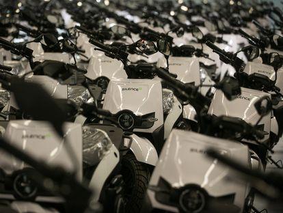 Unidades de motos a la espera en la planta de Silence en Sant Boi de Llobregat.