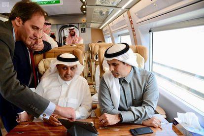 El ministro saudí de Transporte, Nabeel Al-Amudi, a la derecha, atiende las explicaciones sobre los detalles del Ave, llamado Haramain Express