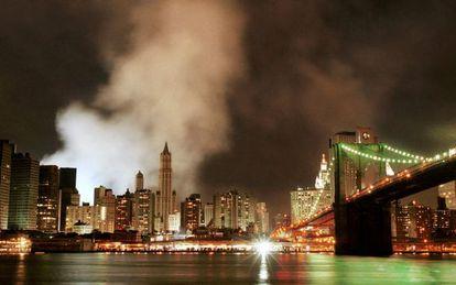 Imagen tomada el 16 de septiembre de 2001, todavía quedaba una nube de humo y polvo en el lugar donde se encontraban las Torres Gemelas.
