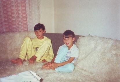 Amel Hodzic (izquierda) y su hermano Dzemil, en torno a 1991, antes de la guerra. / Cortesía de Dzemil Hodzic