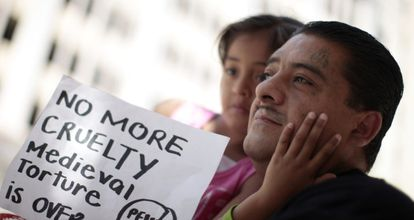 Un antiguo preso, Ever, de 40 años, con su hija en una protesta en Los Ángeles.