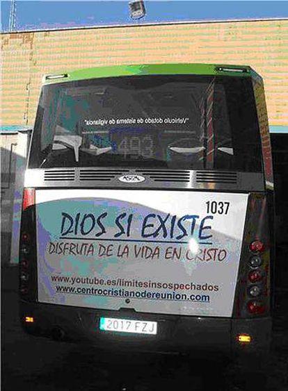 Imagen de la parte trasera del autobús con la campaña de la iglesia Evangélica de Fuenlabrada.