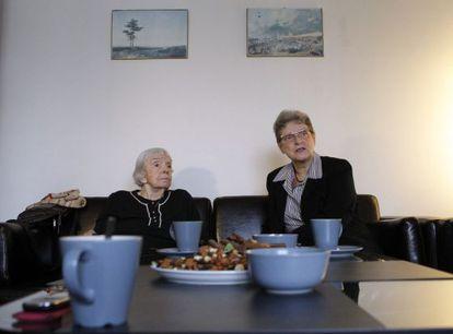 Lyudmila Alexeyeva y Svetlana Gannushkina, activistas nominadas al Premio Nobel de la Paz, miran el fallo en una oficina de la televisión estatal noruega.
