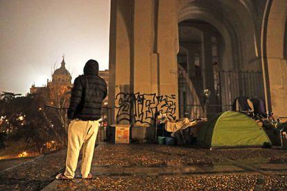 Las rejas instaladas bajo el viaducto de la calle Bailén, en Madrid, impiden que los sin hogar se refugien tras ellas de las inclemencias del tiempo.