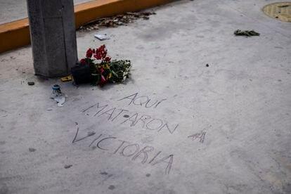 Una pintada en el suelo marca el lugar donde murió Salazar.