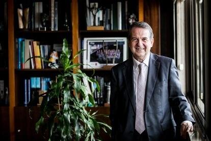 Abel Caballero, presidente de la FEMP, en su despacho en el Ayuntamiento de Vigo tras la entrevista concedida a EL PAÍS.