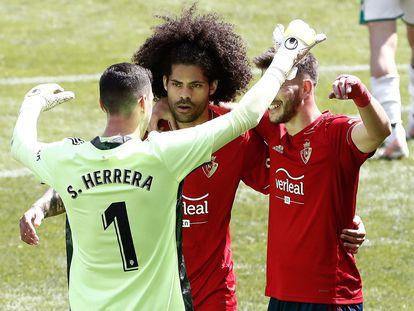 Herrera, Aridane y David Garcia celebran la victoria ante el Elche al finalizar el partido disputado este domingo en el Estadio de El Sadar.
