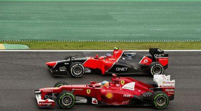 Fernando Alonso supera a Charles Pic, durante el GP de Brasil
