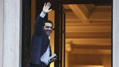 Tsipras saluda a su llegada a Bruselas, este viernes.