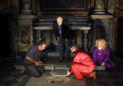 Silvano Vicenti, en el centro, asiste a la apertura de la cripta en la Iglesia de la Santísima Anunciación, en Florencia.