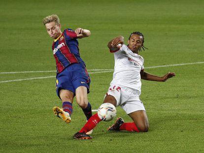 Jules Kounde intercepta un disparo de Frenkie de Jong este domingo en el Camp Nou.