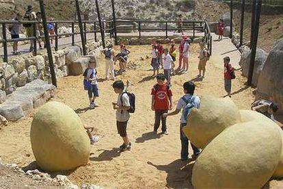 Los chavales desentierran los huesos de un dinosaurio y juegan con huevos gigantes en la Paleosenda, nueva atracción de Dinópolis.