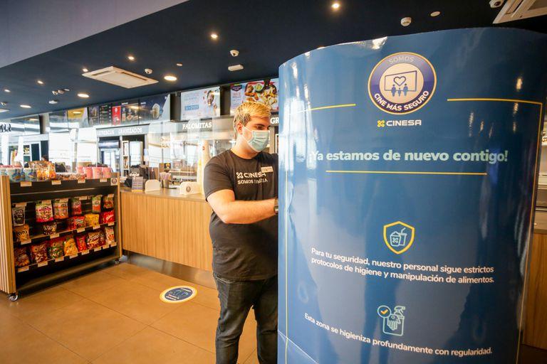Un empleado trabaja en las instalaciones del cine reabierto en Madrid.