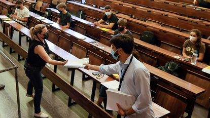 El tribunal de la Universidad de Economía y Empresa de Barcelona, reparte los exámenes de acceso a la universidad.