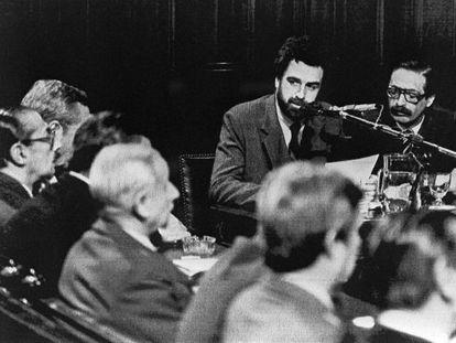 Strassera (a la derecha, con bigote), durante un juicio en Buenos Aires en 1985.