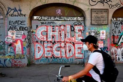 Un hombre en bici por Santiago de Chile dos días antes del referéndum del pasado 25 de octubre.