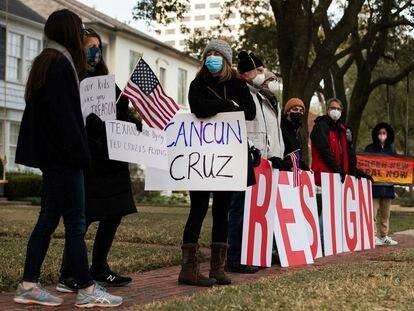 Un grupo de personas protesta frente a la casa del senador Ted Cruz, el pasado jueves en Houston.