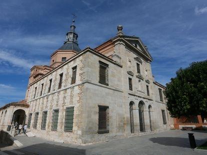 Fachada y entrada al monasterio de la Inmaculada Concepción en Loeches (Madrid) el pasado martes.