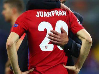 Simeone consuela a Juanfran tras el partido.
