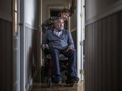 Pepe Tarriza, enfermo de ELA y su esposa, Mari Luz Blanco, fotografiados en su casa de Madrid