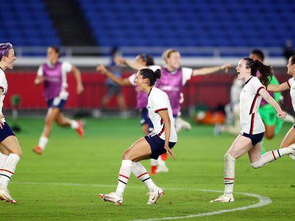 Megan Rapinoe, a la izquierda, celebra con sus compañeras tras anotar el penalti decisivo en los cuartos de final contra Países Bajos este viernes.