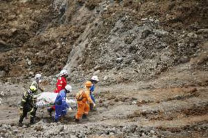 Organismos de rescate cargan los primeros restos humanos hallados de los mineros sepultados tras un derrumbe en una mina de oro que funcionaba ilegalmente en la zona aurífera de la vereda San Antonio, zona rural del municipio de Santander de Quilichao, en Cauca (Colombia).