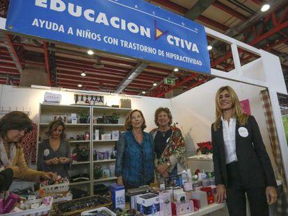 El puesto de la Fundación Educa Activa del mercadillo solidario Nuevo Futuro. En la imagen Begoña Gómez, esposa de Pedro Sanchez.