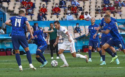 Pablo Sarabia es presionado por los jugadores eslovacos durante el partido en La Cartuja.
