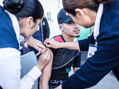 Campaña de vacunación en la ciudad fronteriza de Mexicali, México.