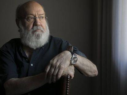José Luis Cuerda, director de cine, en su casa de Madrid. En vídeo, un recorrido por la filmografía del director.