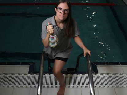 Camino Martínez de la Riva sujeta alguna de sus medallas en la piscina de la Universidad Francisco de Vitoria donde entrena.
