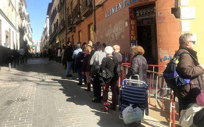 Miles de personas haciendo cola en la calle de Atocha el viernes en Madrid para el besapié de Jesús de Medinaceli