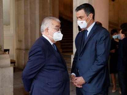 El presidente del Gobierno, Pedro Sánchez, conversa con el presidente del Tribunal Constitucional, Juan José González Rivas, en el homenaje a las víctimas de la covid el día 15.