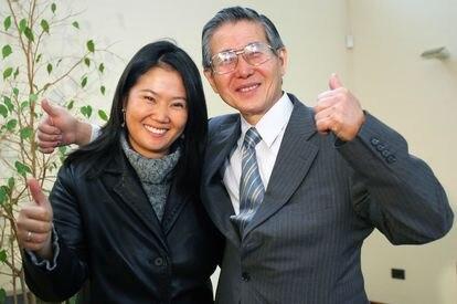 Alberto Fujimori y su hija Keiko, en mayo de 2006.