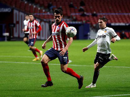Savic, del Atlético, y Cherychev, del Valencia, durante el curso anterior.